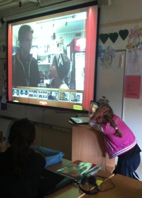 Elev redovisar framför projicerad presentation
