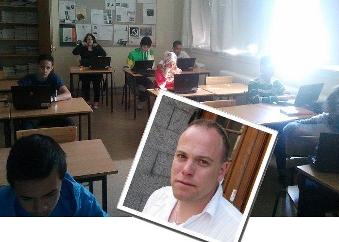 Elever sitter framför datorer i sina bänkar. Infälld bild i bilen på man