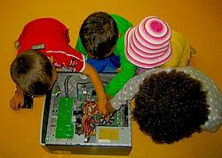 Fyra barn utforskar en dators mekaniska insida