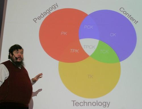Ruben Putentedura föreläser framför projicerad presentation.