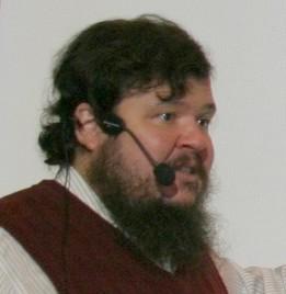 Ruben Putentedura med mikrofon framför munnen.