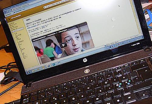 Uppfälld laptop som visar hemsida.