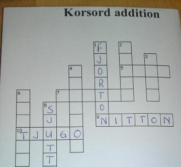 Korsord med addition där svaret av talet blir rätt ord att skriva in.