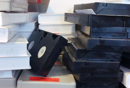 VHS-band står staplade på varandra.