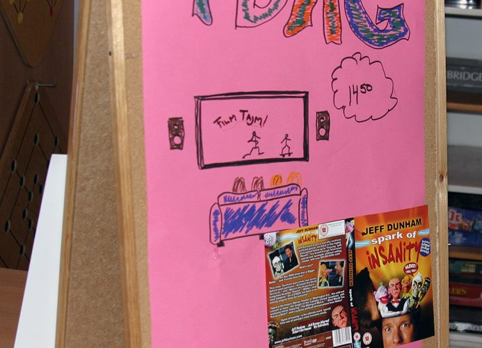 Anslagstavla med rosa hemmagjord affisch med rubriken IDAG.