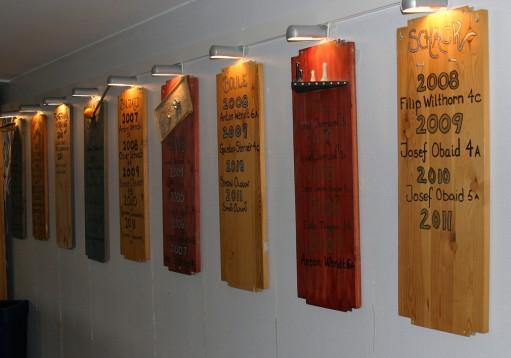 Plankor med årtal upphängda på väggen.