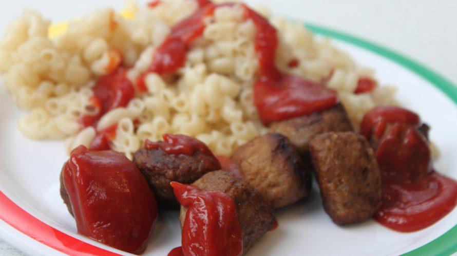 Makaroner med köttbullar och ketchup.