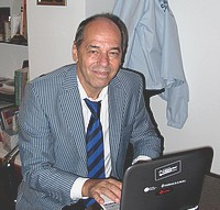 Pablo Fontevila skriver på dator.
