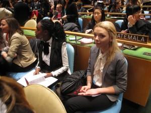 Två av eleverna sitter i FN:s generalförsamling.