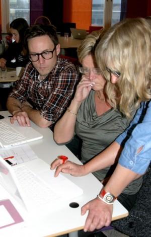 Tre pedagoger ser intensivt in i sina uppslagna datorer.