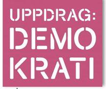 Texten Uppdrag demokrati på rosa botten.