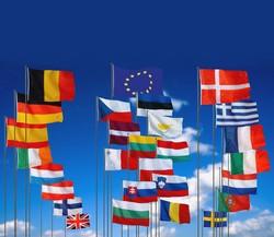 Europas flaggor och eu-flaggan på flaggstänger.