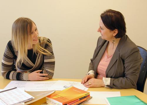 Två kvinnor i ett samtal.