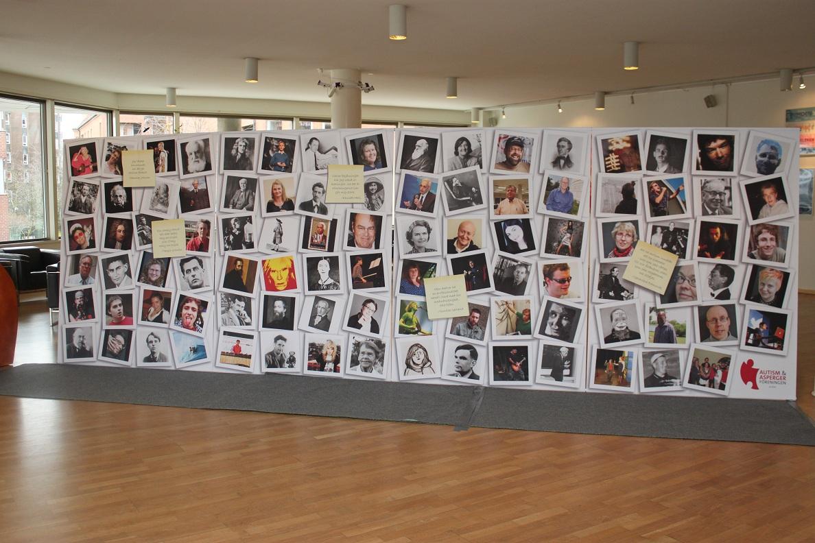 Massor av porträtt är uppsatta på vägg.