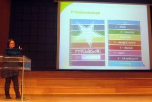 Margaretha Schröder föreläser framför projicerad presentation.