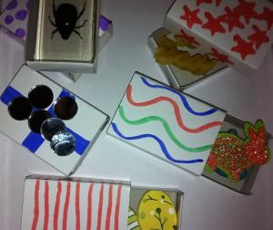 Öppna askar med olika innehåll, bland annat glittriga kaniner.