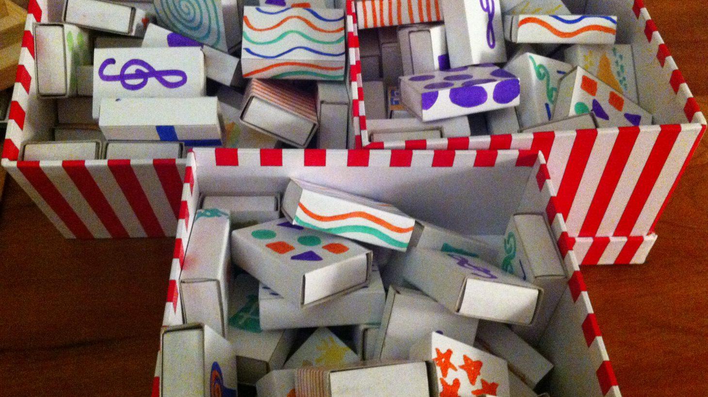 Tre lådor fulla med askar med olika symboler på.
