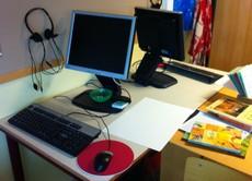 Två stationära datorer på skrivbord.