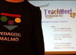 Person med Pedagog Malmö-tshirt framför projicerad presentation.