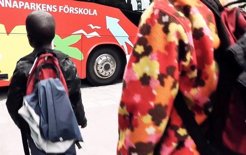 Elever på väg in i naturbussen.