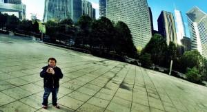 Person ståendes framför skyskrapor.