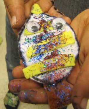 Löv gjord av lera täckt med glitter och färg.