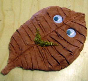 Löv gjort av lera målat med brun färg.