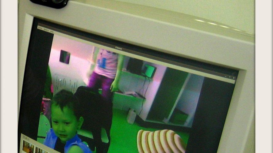 Barn syns på skärmen av en stationär dator.