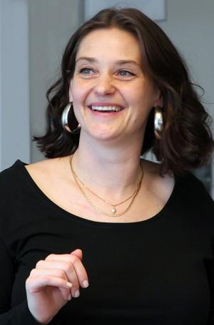 Kvinna ler.