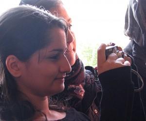 Kvinna tar bild med digitalkamera.