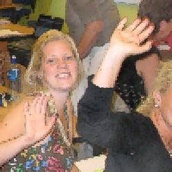 Elever ler och sträcker händerna mot luften.