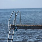 Brygga i havet med stege längst ut.