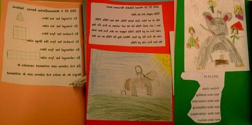 Teckningar och texter uppklistrade på färgglada papper.