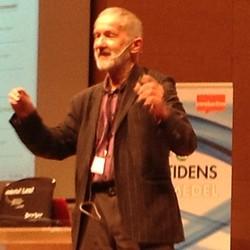 Arne Tregeton föreläser framför projicerad presentation.