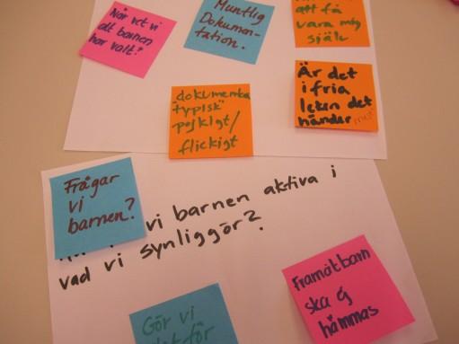 Post-itlappar i olika färger med tankar kring normer.