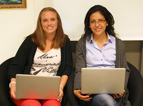 Två pedagoger med varsin dator i knäet.