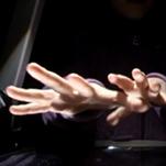 Händer sträcks mot kameran.