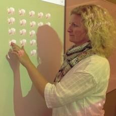 Kvinna trycker på en interaktiv skrivtavla.