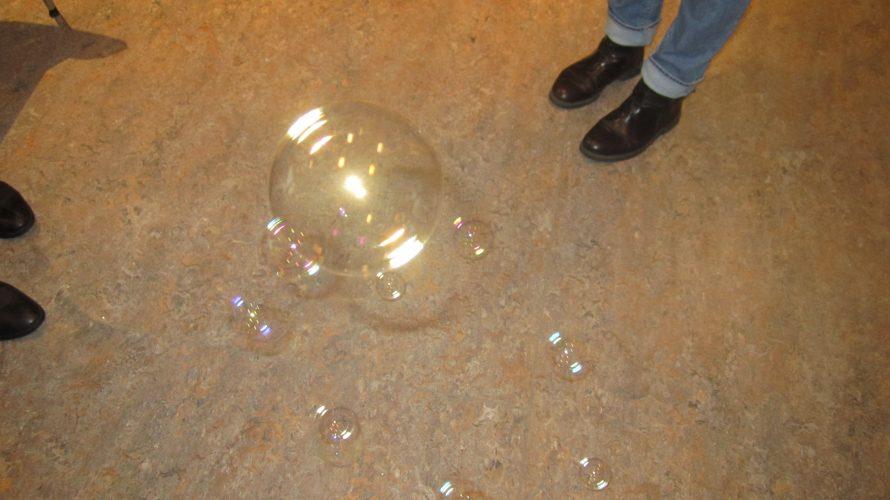 Såpbubblor i olika storlekar.
