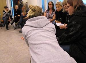 Grupp av pedagoger sitter och samtalar.