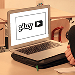 Dator med stor playknapp på skärmen.