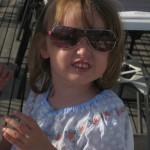 Litet barn med solglasögon.