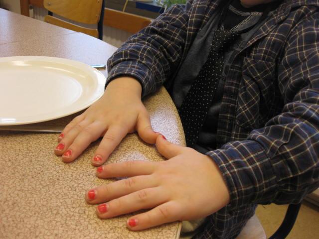 Barnhänder med målade fingernaglar.