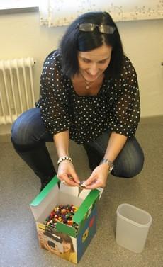 Kvinna öppnar låda med plusplus.