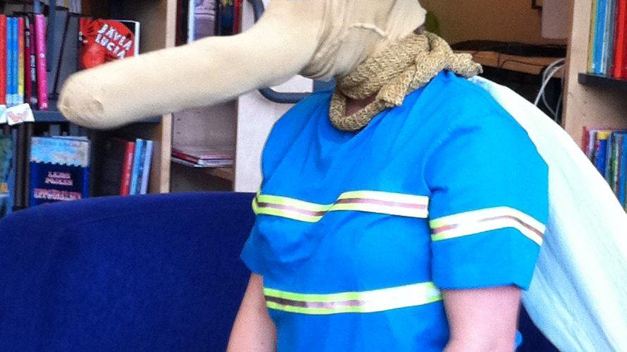 Person med elefanthuvud av textil på sig.