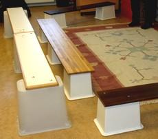 Bänkar på ett bord är byggda av små plankor.