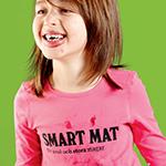 Flicka med tröja där det står smart mat.