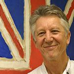 Simon Giles framför den brittiska flaggan.