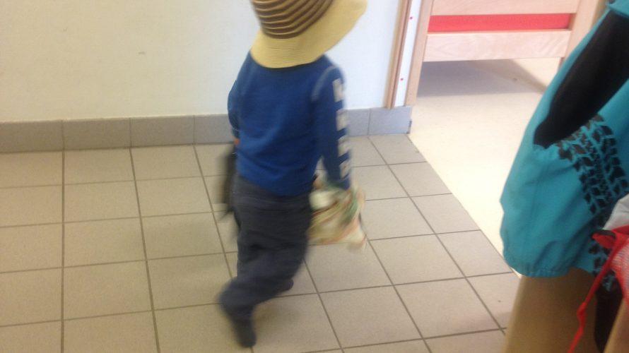 Barn med hatt har bråttom in på avdelning.