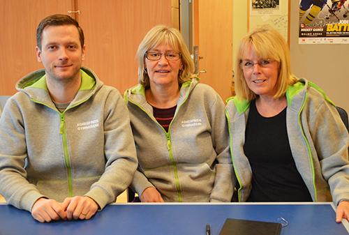 Tre pedagoger sitter vid bord.